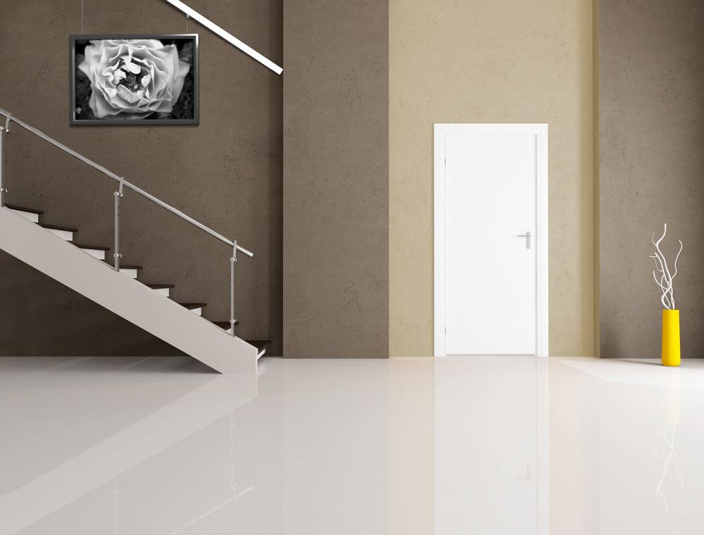 wieszanie_obrazow_na_klatce_schodowej